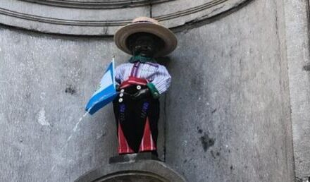 Manneken Pis celebra la Independencia de Guatemala en Bruselas