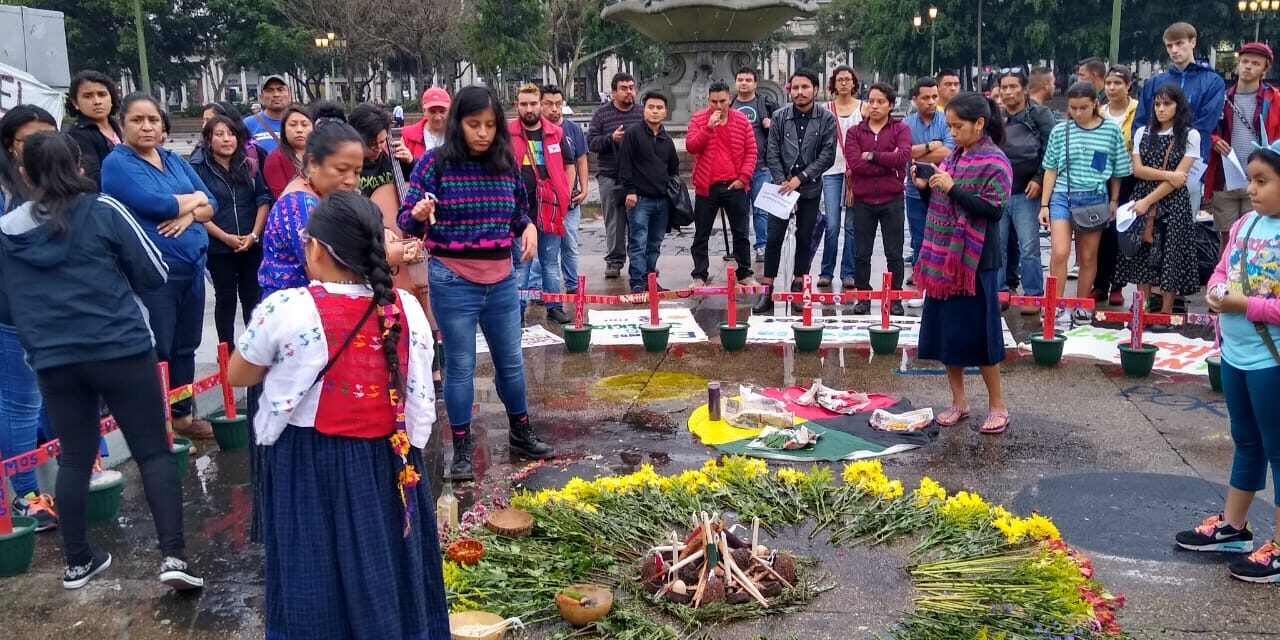 Ministro de Cultura amenaza con quitar nuevamente las cruces de las víctimas del Hogar Seguro, sector de mujeres reacciona