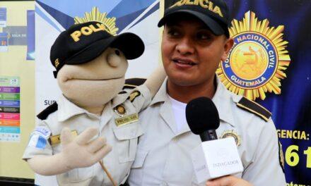 Luis Hernández y LESH dos agentes de la Policía Nacional Civil al servicio de los niños y niñas de Guatemala