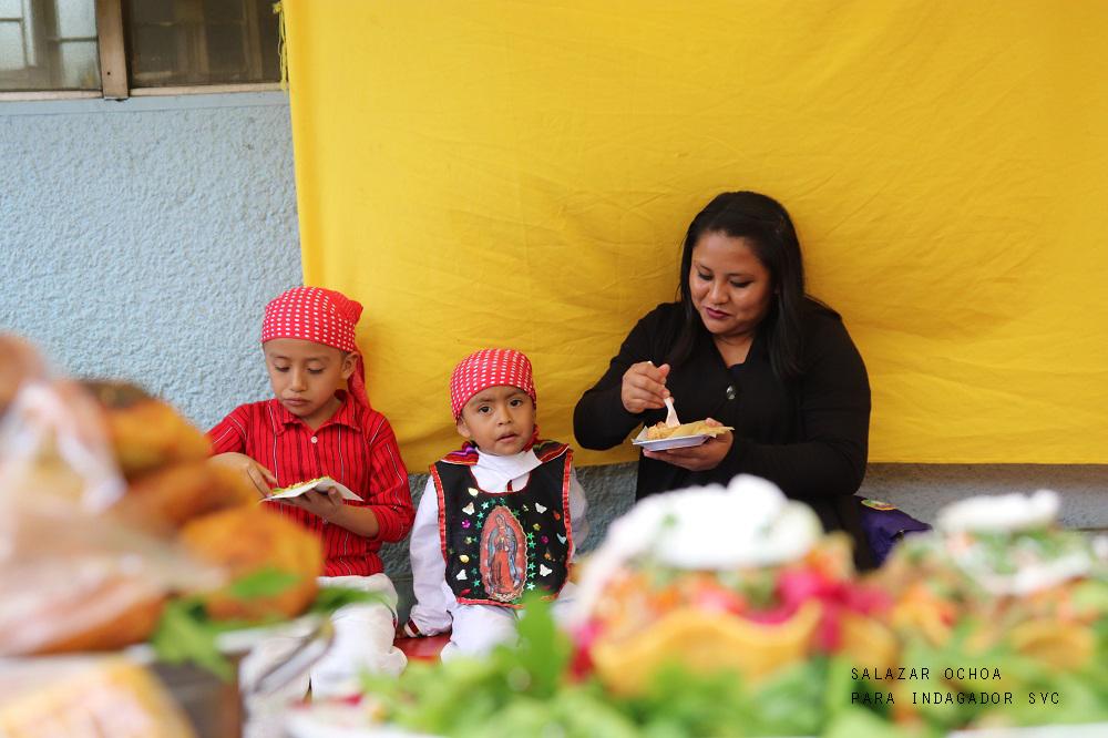 12-niños-comiendo-con-mama