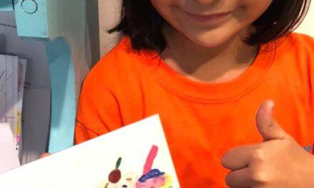Dibujos por escritorios: el proyecto de Debbie una pequeña hija de migrantes
