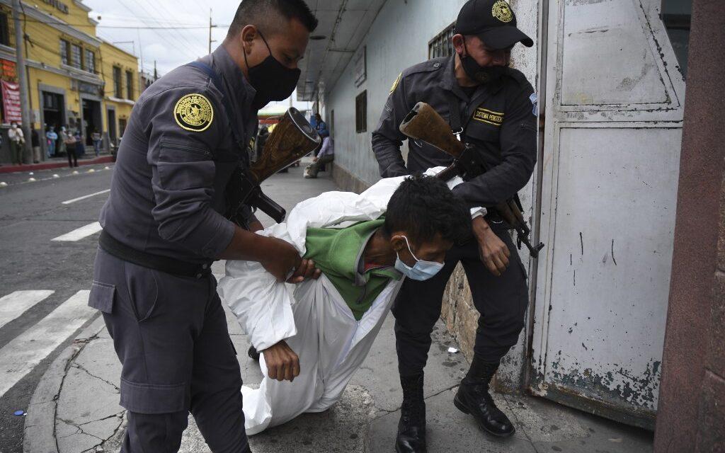 Un reo es arrastrado a su ingreso al Hospital General San Juan de Dios