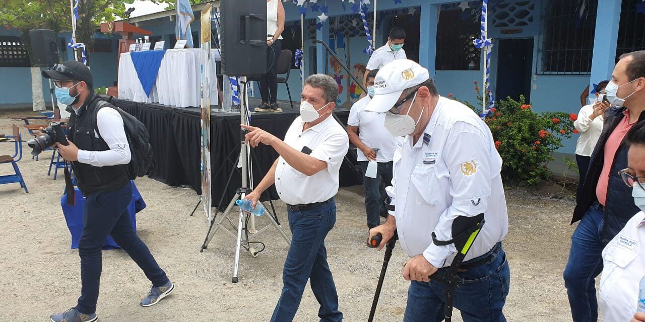 Joviel Acevedo acompaña a Giammattei en acto del ministerio de Educación