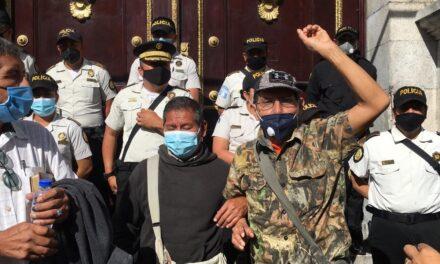 Exmilitares exigen aprobación de iniciativa en las afueras del Congreso