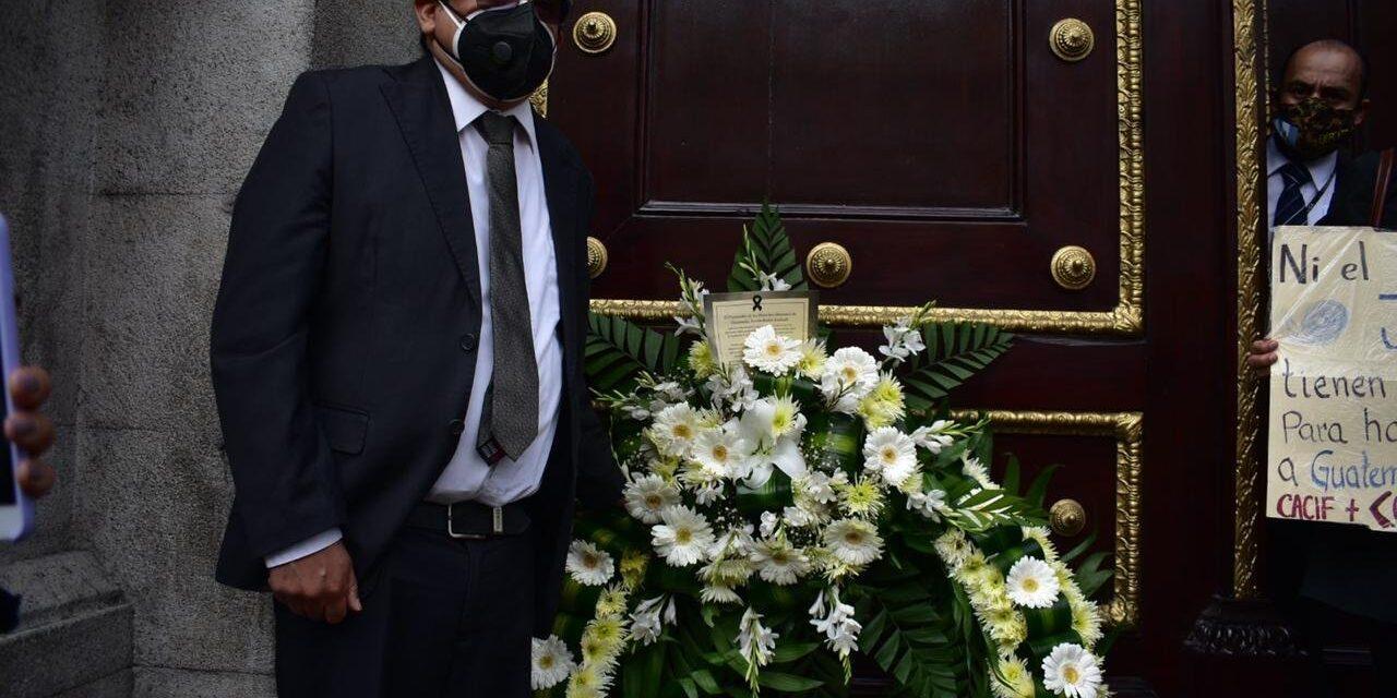 Procurador de los Derechos Humanos coloca una corona de flores frente al Congreso