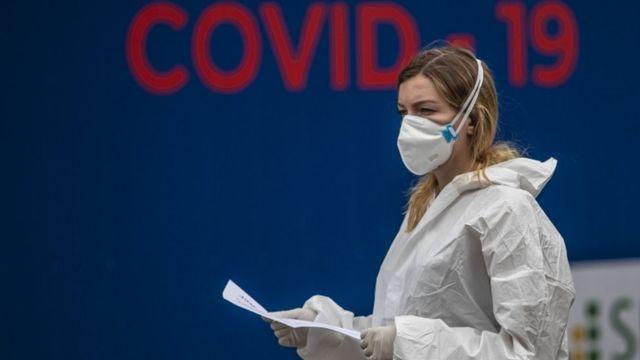 Mientras los contagios se reducen en EE. UU., las muertes y el miedo siguen creciendo en Europa