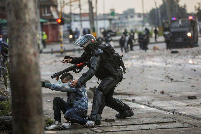 Sangre y terror en Colombia: policía ejecuta civiles y los números rojos crecen