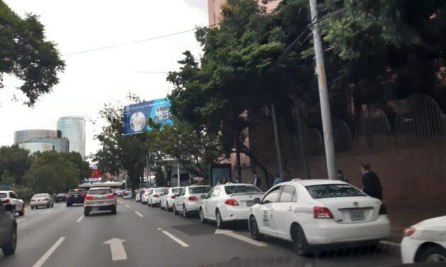 Transportistas paralizan el país en descontento por pago de seguro