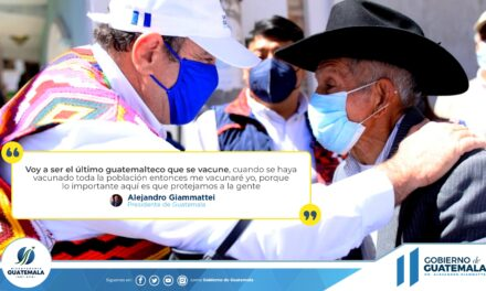 Giammattei dijo que se vacunaría de último, pero no fue así